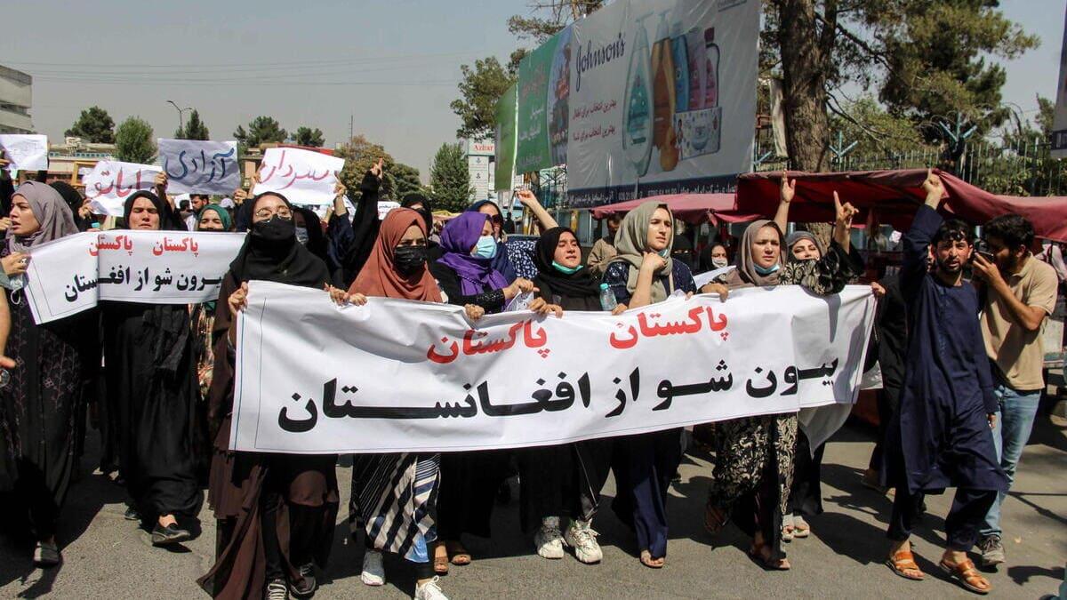 Le donne protestano contro i talebani a Kabul, in Afghanistan
