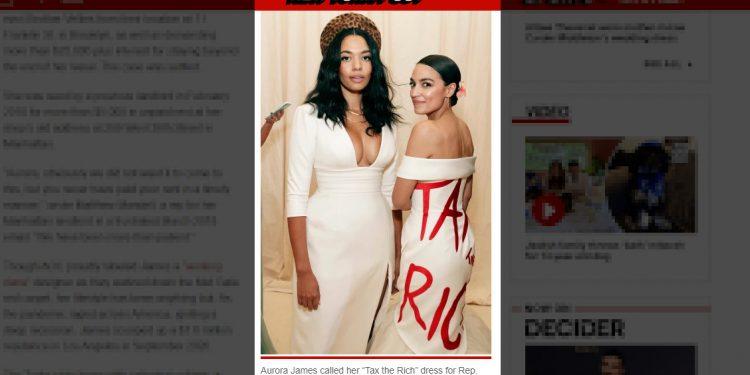 """La didascalia del New York Post: «La stilista Aurora James ha definito il suo abito """"Tax the Rich"""" disegnato per la deputata Alexandria Ocasio-Cortez un """"messaggio potente"""" – ma lei stessa non sembra averlo molto a cuore»"""
