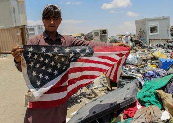Afghano con bandiera Usa trovata tra i rifiuti a Kandahar
