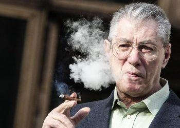 Umberto Bossi, fondatore della Lega Nord, mentre fuma un sigaro