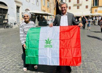 Il segretario di Più Europa e sottosegretario agli Esteri, Benedetto Della Vedova alla manifestazione di +Europa sul referendum cannabis, con la senatrice Emma Bonino e Riccardo Magi davanti al Parlamento a Roma, 18 settembre 2021.