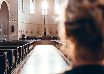 Donna in chiesa
