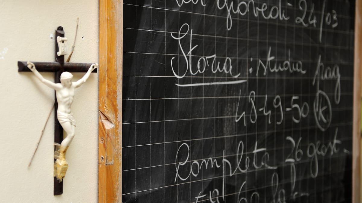 Un Crocifisso appesa in un'aula a scuola