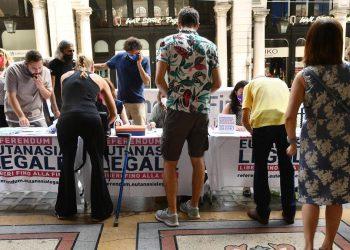 Un banchetto di raccolta firme per il referendum sull'eutanasia legale