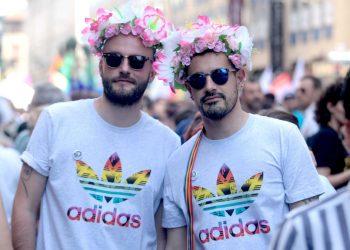 Due partecipanti al Gay Pride di Milano