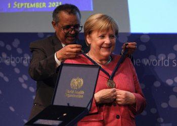 Il direttore generale dell'Oms Tedros Adhanom Ghebreyesus con il cancelliere tedesco Angela Merkel durante l'inaugurazione del WHO Hub for Pandemic and Epidemic Intelligence a Berlino, 1 settembre 2021