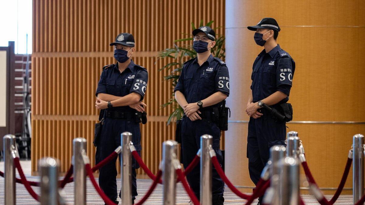 Poliziotti sorvegliano il voto per la Commissione elettorale a Hong Kong