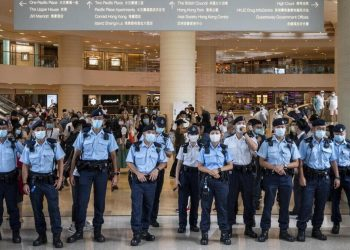 La polizia pattuglia un centro commerciale a Hong Kong
