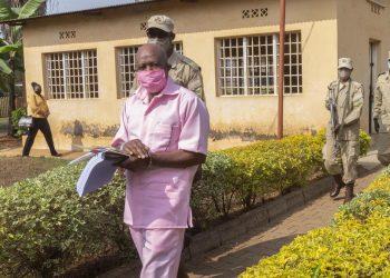 L'eroe di Hotel Rwanda, Paul Rusesabagina, viene portato via in manette in Rwanda