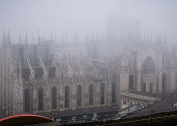 Vista sul Duomo di Milano avvolto nella nebbia