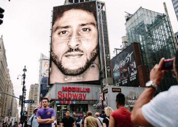 Maxi manifesto con Colin Kaepernick testimonial per Nike