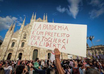 Manifestazione anti green pass in piazza Duomo a Milano, 28 agosto 2021