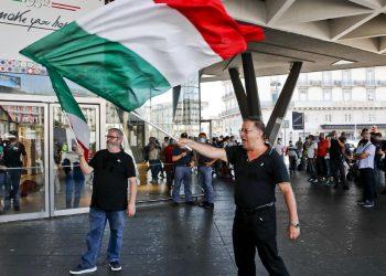 I due manifestanti No Vax che si sono presentati alla manifestazione che era stata organizzata alla stazione ferroviaria di piazza Garibaldi alla Centrale di Napoli presidiata dalle forze dell'ordine, Napoli, 1 settembre 2021