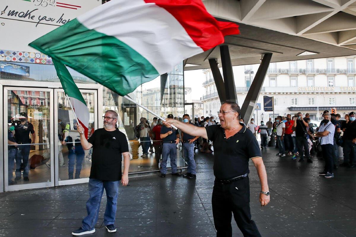 I due manifestanti no vax alla stazione ferroviaria Centrale di Napoli, Napoli, 1 settembre 2021