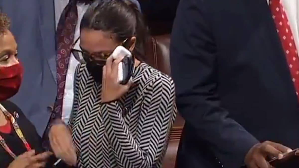 Alexandria Ocasio-Cortez in lacrime dopo il voto su Iron Dome