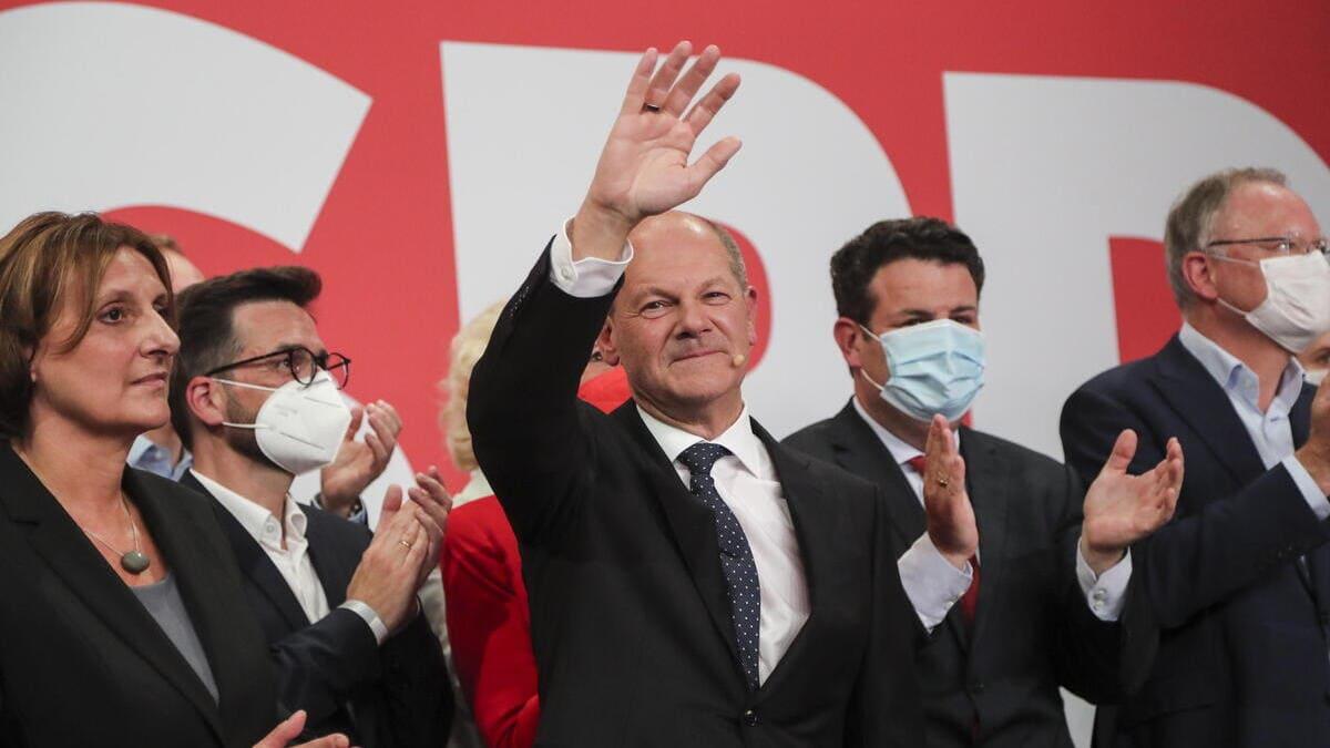Olaf Scholz festeggia dopo la vittoria alle elezioni in Germania