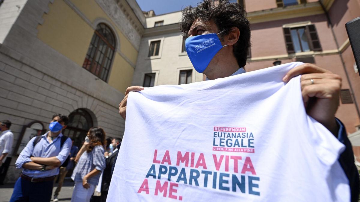 Marco Cappato raccoglie firme per il referendum sull'eutanasia