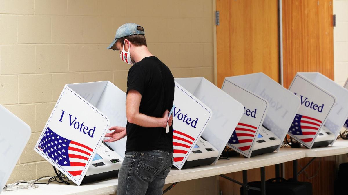 Un elettore al seggio per le elezioni Usa 2020