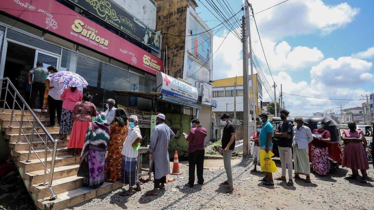 Lunghe code nella capitale dello Sri Lanka, Colombo, per comprare generi di prima necessità a prezzi calmierati a causa della crisi innescata dal Covid-19