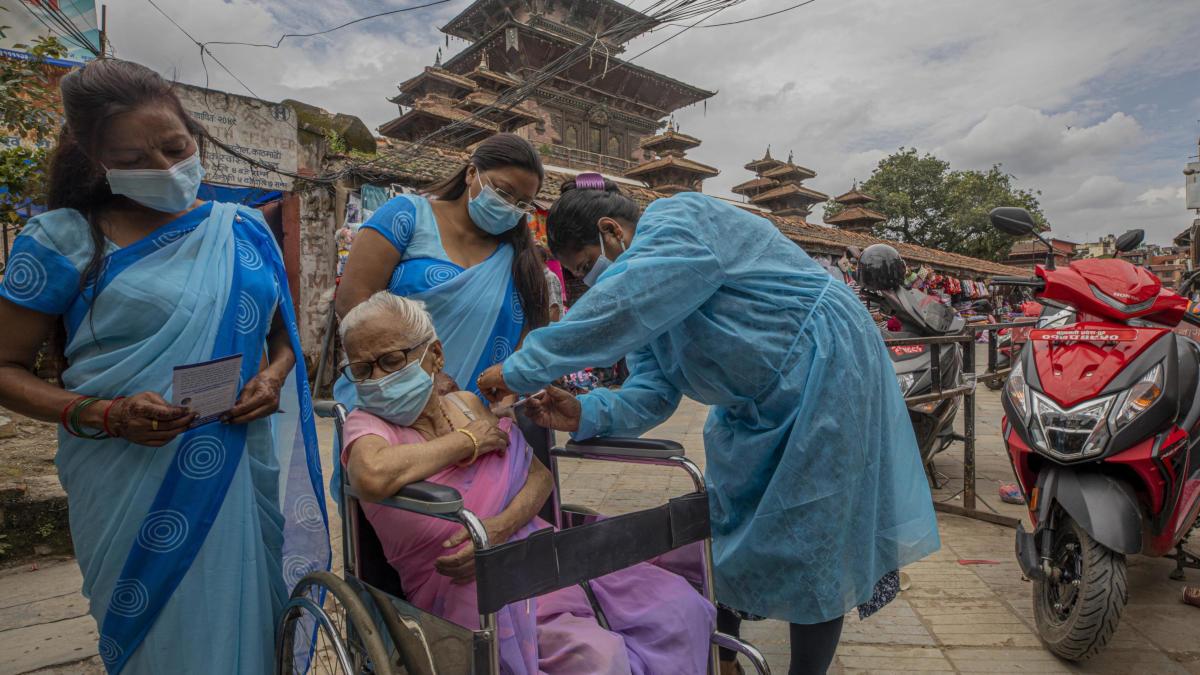 Vaccinazione anti Covid-19 somministrata a una anziana in Nepal