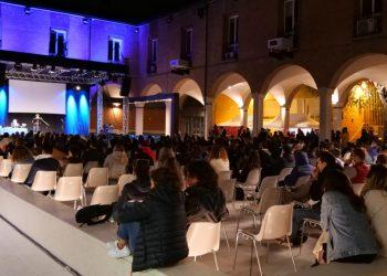 Alessandro Rivali davanti alla platea del Campus by Night 2021