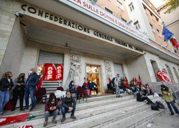 La sede della CGIL danneggiata durante le violenze che hanno accompagnato la manifestazione contro il green pass a Roma