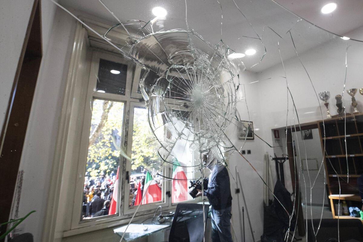 Una veduta interna della sede del sindacato Cgil distrutta dai manifestanti no Green pass, Roma, 10 ottobre 2021