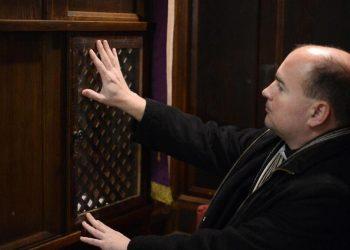 Sacerdote al confessionale in una chiesa cattolica in Ungheria