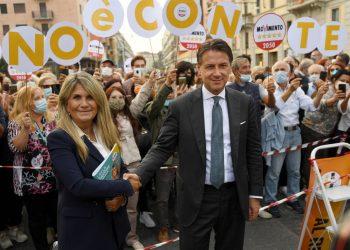 Il leader del Movimento 5 stelle, Giuseppe Conte, e la candidata candidata sindaco del M5s alle elezioni comunali a MilanoLayla Pavone, a un evento elettorale, Milano, 28 settembre 2021.