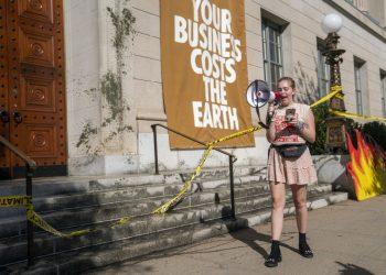 Protesta ambientalista alla Camera di commercio di Washington per i costi dei cambiamenti del clima