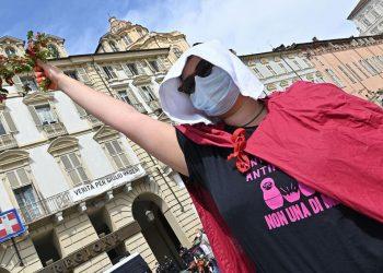Manifestazione Non una di meno contro il femminicidio e la violenza sulle donne in piazza castello, Torino, 17 aprile 2021