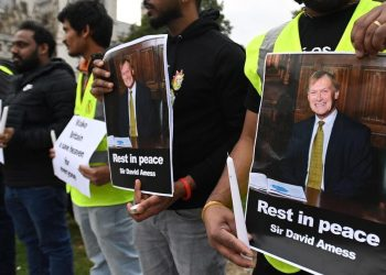 Manifestazione a Southend, Inghilterra, in memoria di sir David Amess, parlamentare ucciso