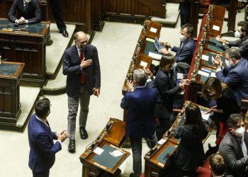 Il segretario del Pd, Enrico Letta, salutato dai deputati al suo rientro alla Camera dopo l'elezione (foto Ansa)