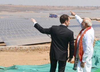 Il presidente francese Emmanuel Macron insieme al premier indiano Narendra Modi davanti a una centrale solare termica in India