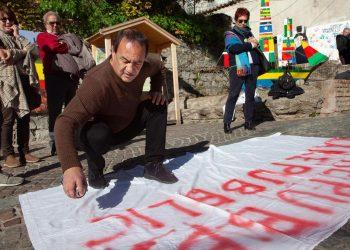 L'ex sindaco di Riace, Mimmo Lucano, durante la manifestazione contro la presenza di Matteo Salvini a Riace, 17 gennaio 2020