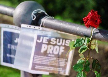 Fiori per Samuel Paty, il professore francese ucciso da un estremista islamico il 16 ottobre 2020