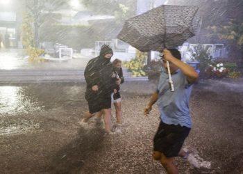 Passanti sotto la pioggia, vie di New York allagate per l'uragano Ida